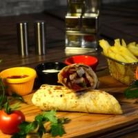 Tortilla ekmeği arasına sotelenmiş jülyen tavuk parçaları, renkli biberler, mantar, soya sosu, cheddar peyniri, elma dilim patates