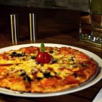 Mozzarella peyniri, ton balığı, mısır, soğan, kornişon turşu, pizza sos