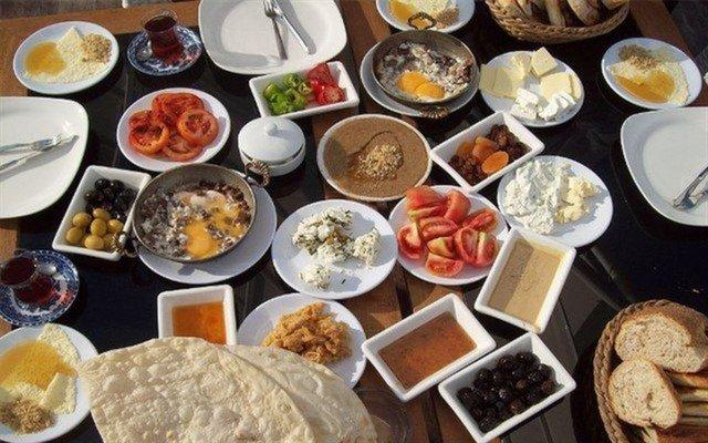 Kezzban Cafe'den Sınırsız Çay Eşliğinde 2 Kişilik Serpme Kahvaltı