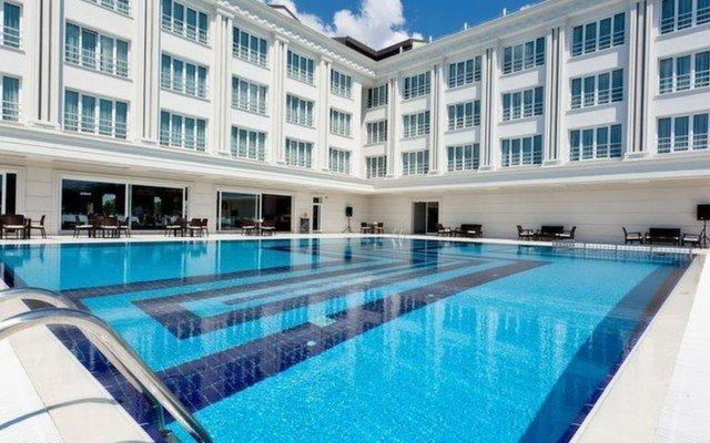 Kumburgaz Mercia Hotel'de Öğle Yemeği ve Meşrubat Dahil Havuz Keyfi