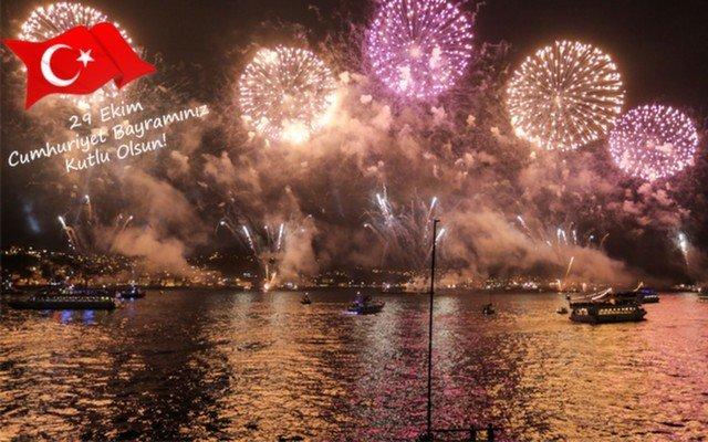Cumhuriyet Bayramına Özel Tekne ile Boğazda Işık ve Havai Fişek Gösterisi